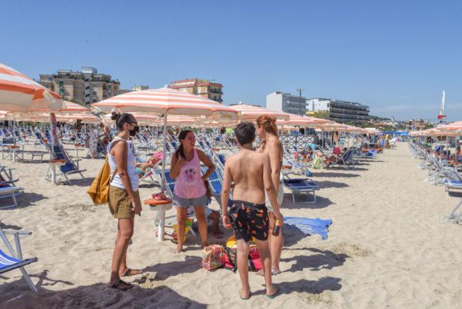 interviste-per-votazione-regionali-in-spiaggia-civitanova-FDM-1-650x434