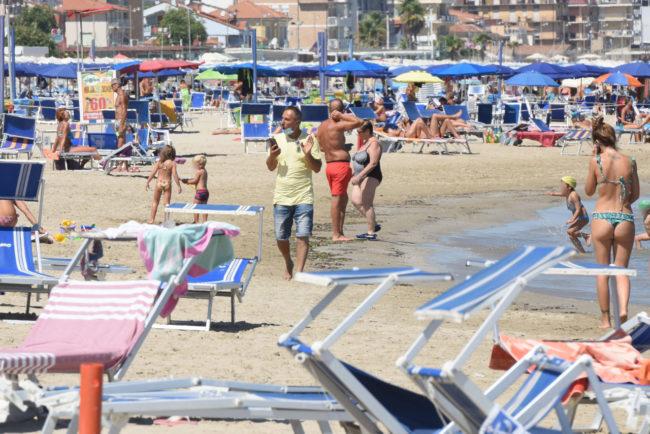 interviste-per-votazione-regionali-in-spiaggia-civitanova-FDM-3-650x434
