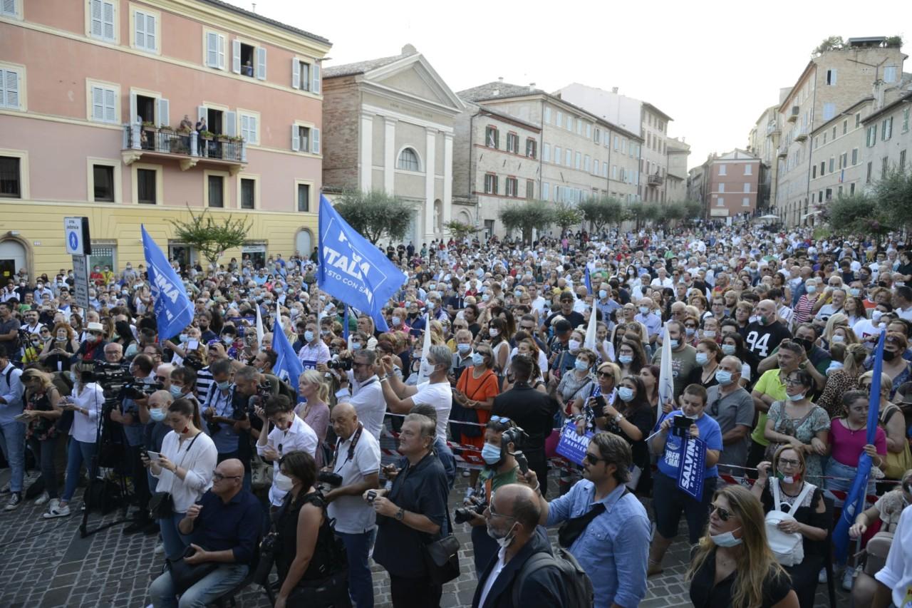 Salvini a Viareggio: contestazione dal maestro Veronesi, candidato del Pd