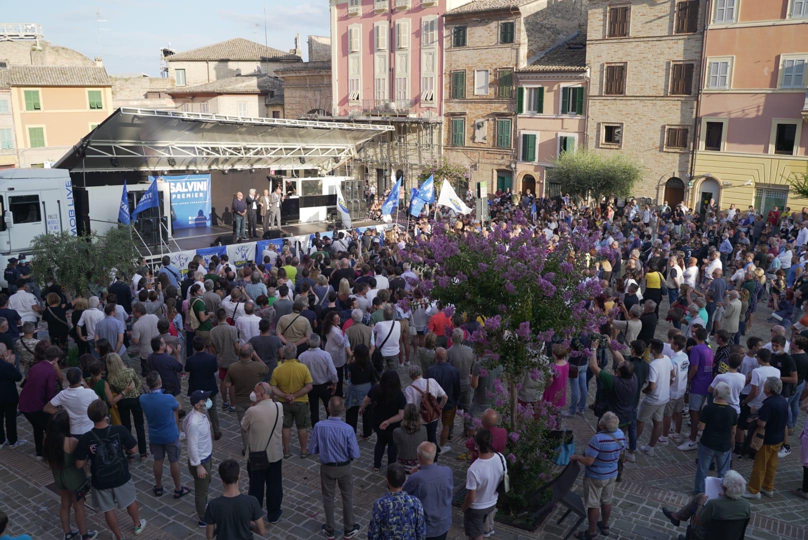 Salvini a Empoli, la solita ammucchiata senza rispettare le norme anti-Covid