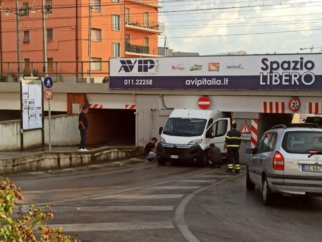 sottopasso-furgone-2-650x488