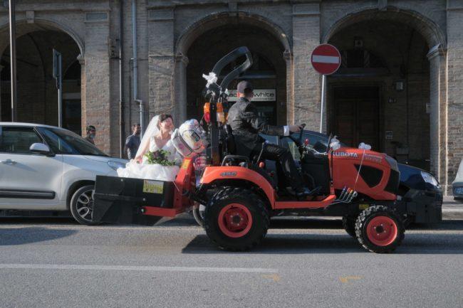 sposi-fabrizia-e-marco-corso-cavour-macerata-2020-foto-ap-9-650x433