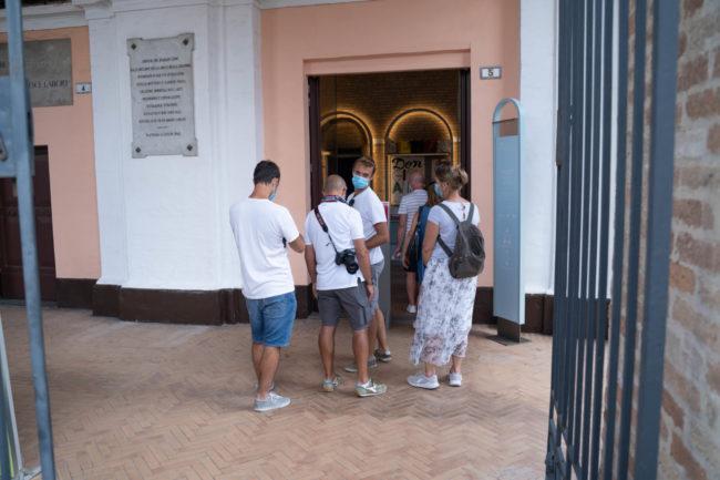 turisti-a-macerata-agosto-2020-foto-ap-12-650x433