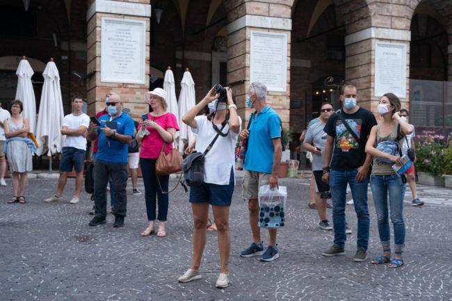 turisti-a-macerata-agosto-2020-foto-ap-3-650x433
