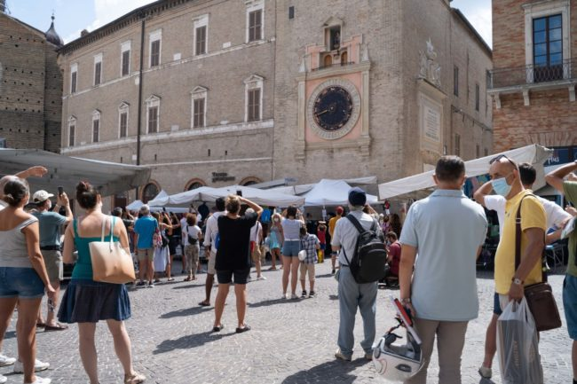 turisti-a-macerata-agosto-2020-foto-ap-7-650x433