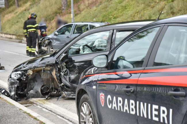 incidente-via-del-pincio-scontro-tra-auto-civitanova-FDM-1-650x433