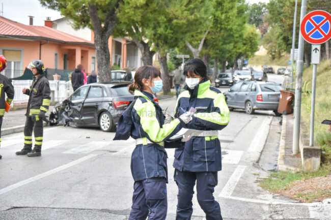incidente-via-del-pincio-scontro-tra-auto-civitanova-FDM-2-650x433