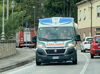 incidente-via-del-pincio-scontro-tra-auto-civitanova-FDM-3-325x243