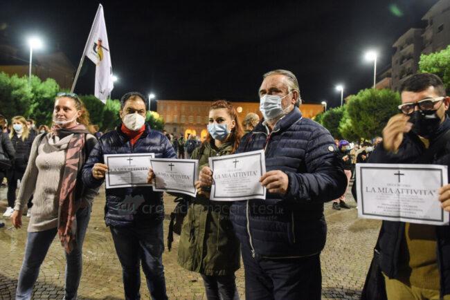 protesta-ristoratori-covid-piazza-xx-settembre-civitanova-FDM-7-650x434