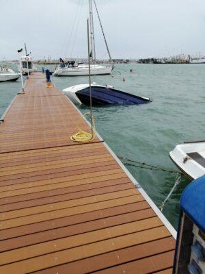 barca-affondata-1-300x400