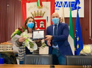 il-saluto-alla-segretaria-comunale-Alessandra-Secondari.jpg-2-325x239