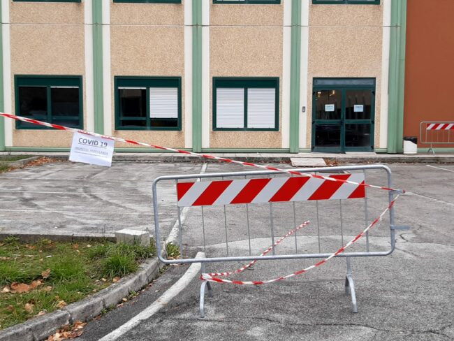ospedale-camerino-nuovo-ingresso-ambulanze-covid-1-650x488