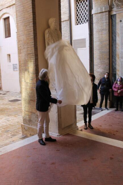 scoprimento_statue_cortile_comunale-2-433x650