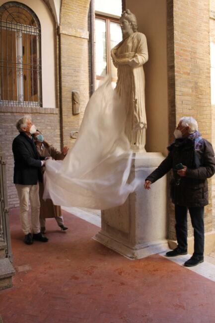 scoprimento_statue_cortile_comunale-3-433x650