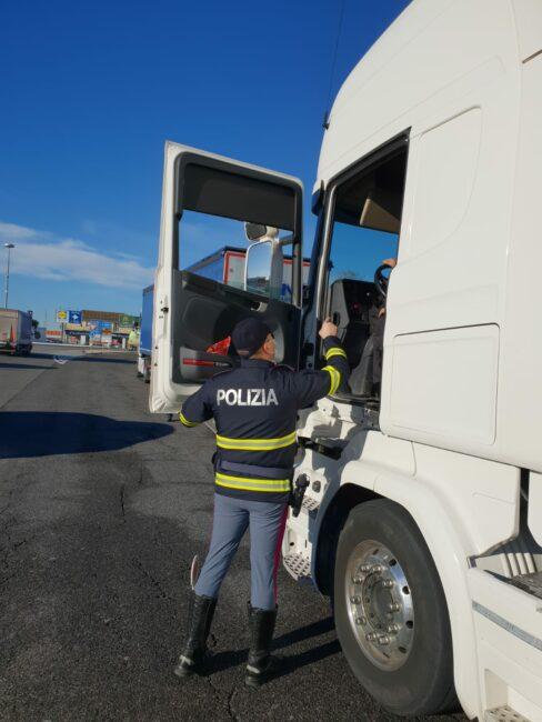 controlli-polizia-stradale-casello-a14-autostrada-civitanova-2-488x650