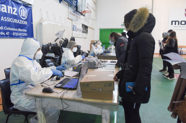 tamponi-covid-screening-di-massa-palarisorgimento-civitanova-FDM-3-650x430