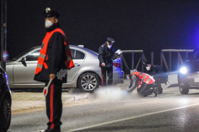 incidente-auto-investe-gennari-di-prisco-lungomare-scossicci-porto-recanati-carabinieri-FDM-4-650x433