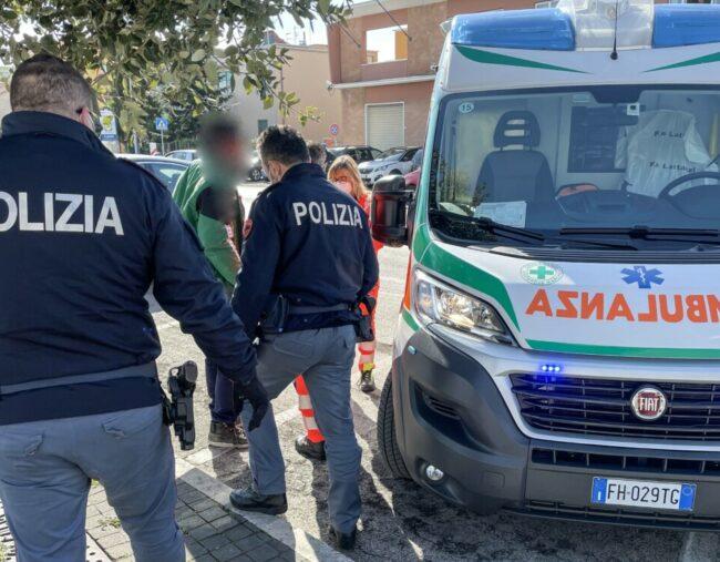 intervento-ambulanza-polizia-via-carducci-civitanova-1-e1613740190541-650x507