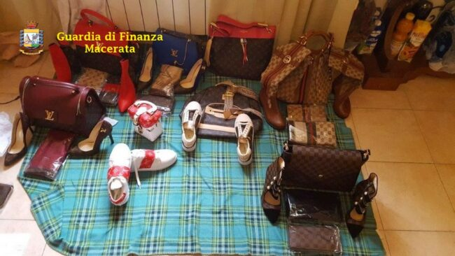 prodotti-contraffatti-guardia-finanza-macerata-3-650x366