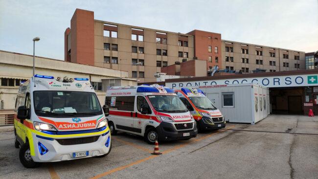Le-tre-ambulanze-che-hanno-sostato-con-i-pazienti-allinterno-tutta-la-notte-davanti-al-Pronto-Soccorso