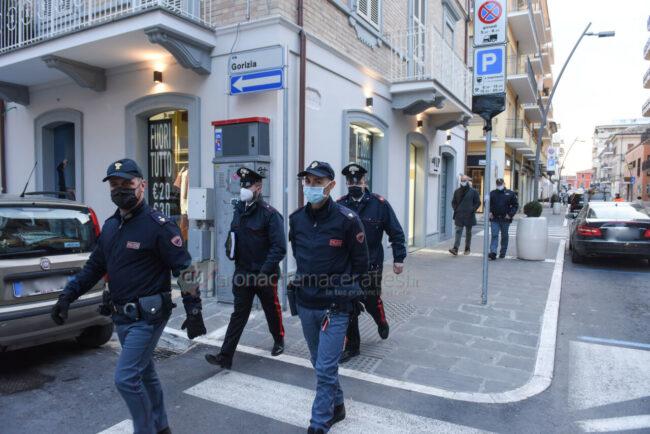 controlli-zona-rossa-fdo-polizia-carabinieri-gdf-vigi-urbani-civitanova-FDM-10-650x434