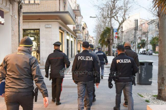 controlli-zona-rossa-fdo-polizia-carabinieri-gdf-vigi-urbani-civitanova-FDM-12-650x433