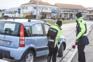 controlli-zona-rossa-fdo-polizia-carabinieri-gdf-vigi-urbani-civitanova-FDM-2-325x217