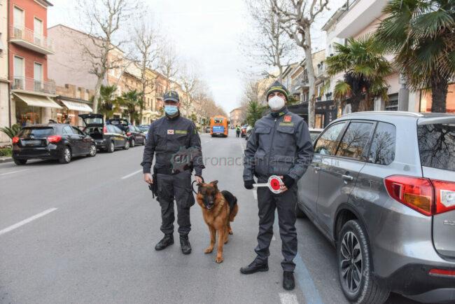 controlli-zona-rossa-fdo-polizia-carabinieri-gdf-vigi-urbani-civitanova-FDM-3-650x434