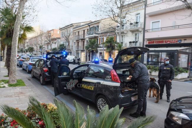 controlli-zona-rossa-fdo-polizia-carabinieri-gdf-vigi-urbani-civitanova-FDM-4-650x434