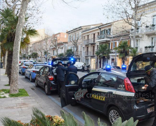 controlli-zona-rossa-fdo-polizia-carabinieri-gdf-vigi-urbani-civitanova-FDM-4-e1615206322351-650x527