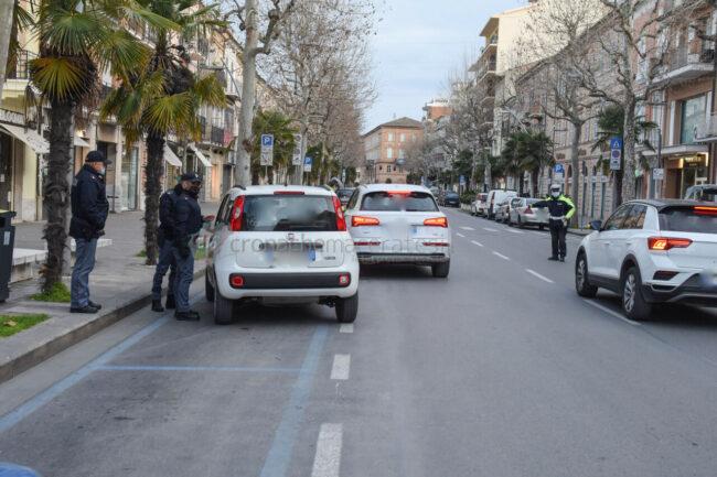 controlli-zona-rossa-fdo-polizia-carabinieri-gdf-vigi-urbani-civitanova-FDM-5-650x433