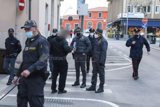 controlli-zona-rossa-fdo-polizia-carabinieri-gdf-vigi-urbani-civitanova-FDM-7-650x434