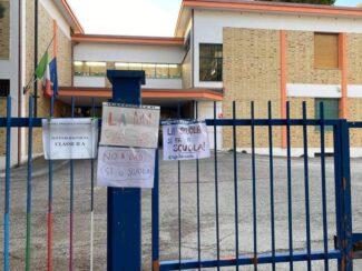 scuola_presenza_cartelli_macerata_Iv-novembre_-anna_frank-1-325x244