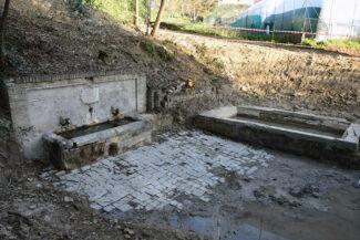 LA FONTE MONUMENTALE PER CAVARE ACQUA – IL LAVATOIO E L'ANTICA PAVIMENTAZIONE IN ARENARIA -APRILE 2021