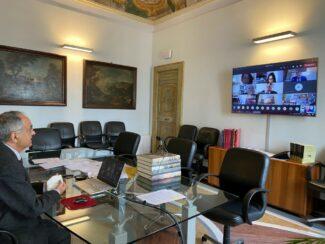 Rettore-Francesco-Adornato-saluta-i-laureandi-a-inizio-seduta_con-Italo-Spinelli-in-video