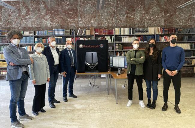 da-sinistra-Prof-Andrea-Polini-Ass-Rita-Soccio-Sindaco-Antonio-Bravi-Rettore-Claudio-Pettinari-e-gli-studenti-Unicam-