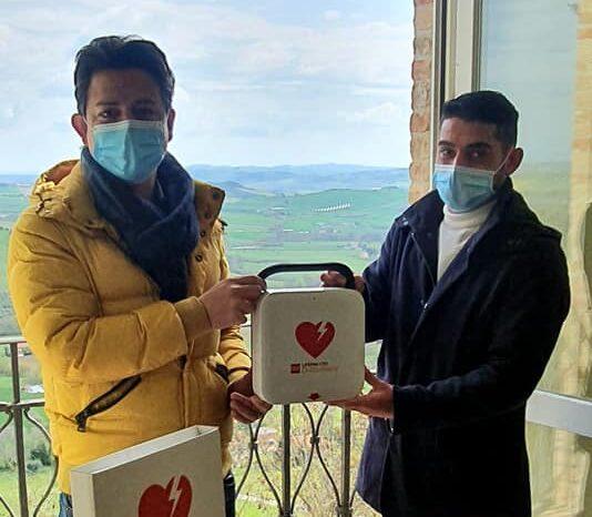 la-consegna-del-defibrillatore-allassessore-Sileoni-e1618493481901