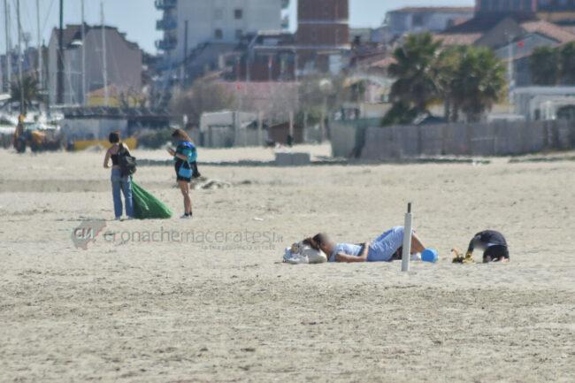 passeggio-vacanze-pasquali-in-spiaggia-mare-bagnanti-civitanova-FDM-1-650x433