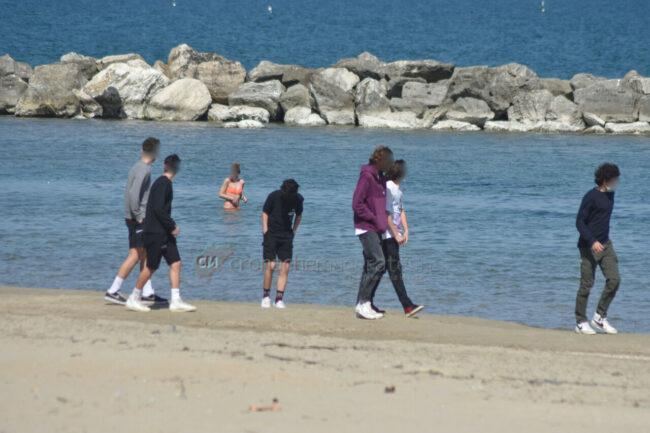 passeggio-vacanze-pasquali-in-spiaggia-mare-bagnanti-civitanova-FDM-2-650x433