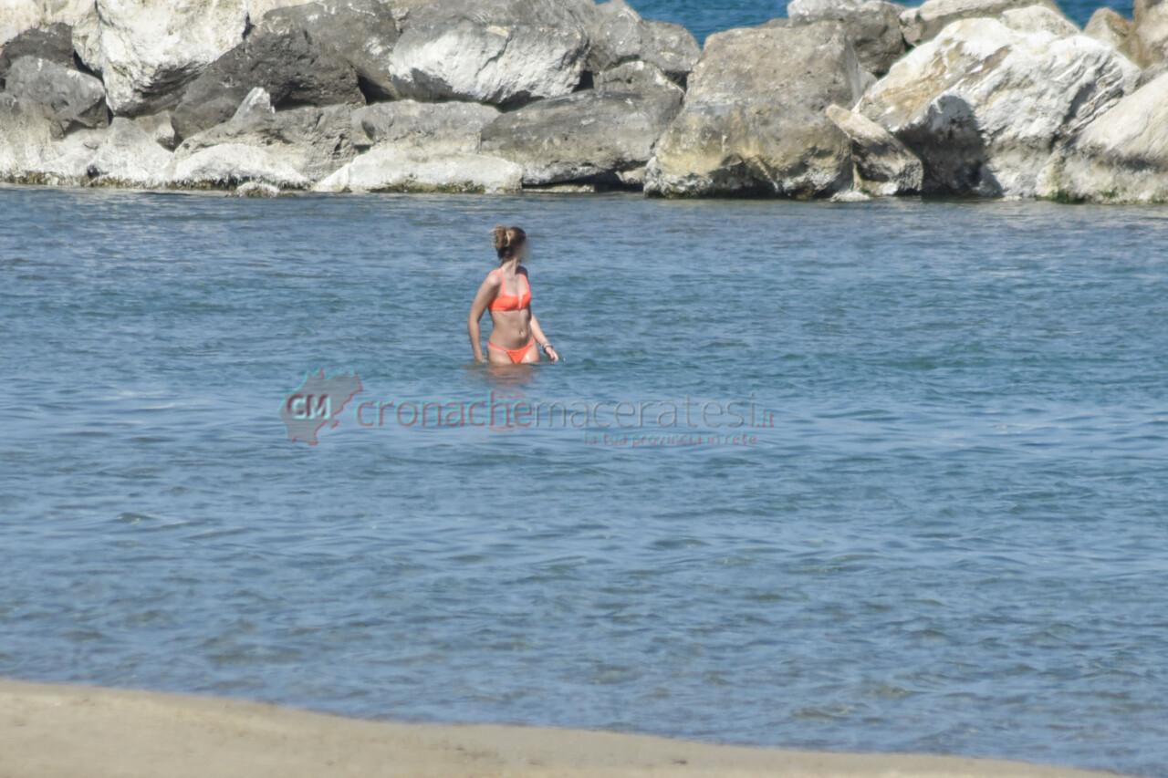 passeggio-vacanze-pasquali-in-spiaggia-mare-bagnanti-civitanova-FDM-3