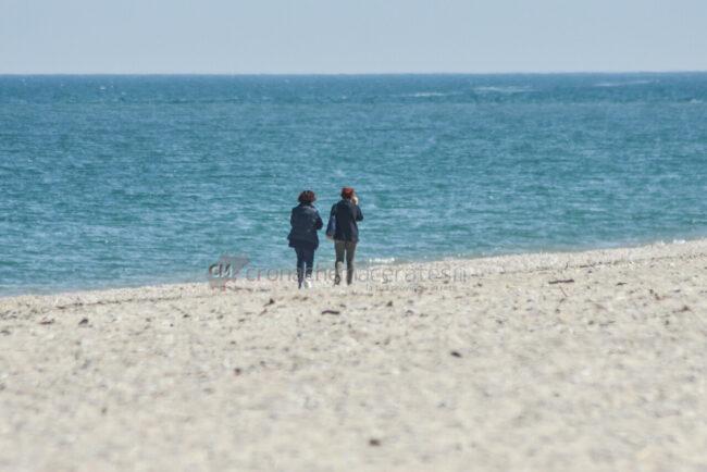 passeggio-vacanze-pasquali-in-spiaggia-mare-bagnanti-civitanova-FDM-5-650x434