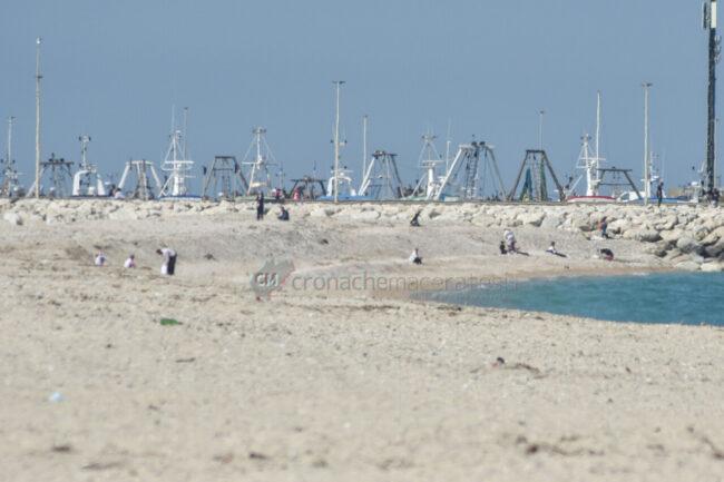 passeggio-vacanze-pasquali-in-spiaggia-mare-bagnanti-civitanova-FDM-6-650x433
