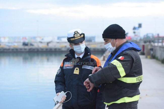 ricerche-nel-porto-area-portuale-guardia-costiera-e-vdf-civitanova-FDM-3-650x434
