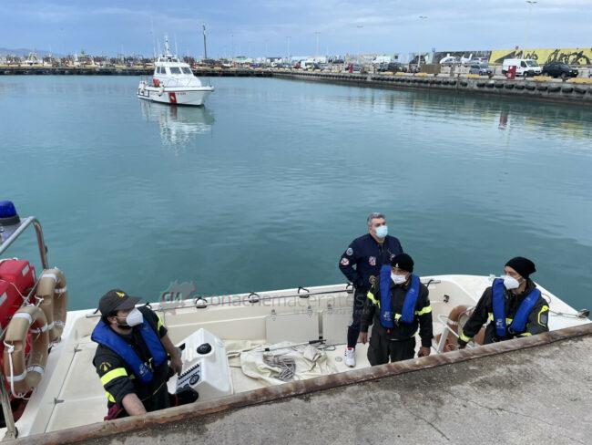 ricerche-nel-porto-area-portuale-guardia-costiera-e-vdf-civitanova-FDM-8-650x488