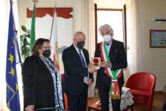 Firma-accordo-Fondazione-PMR_dono-medaglia-Trubbiani