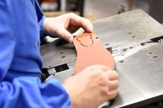 Piegatura della lama di acciaio secondo il modello