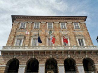 bandiera-cri-palazzo-comunale