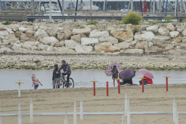 domenica-di-pioggia-spiaggia-lungomare-centro-civitanova-FDM-2-650x434