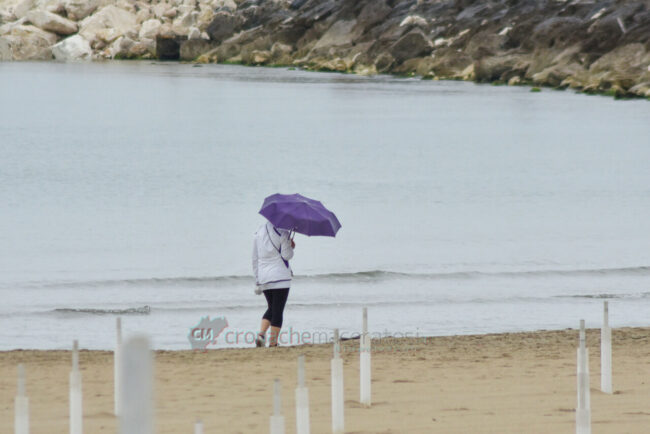 domenica-di-pioggia-spiaggia-lungomare-centro-civitanova-FDM-4-650x434