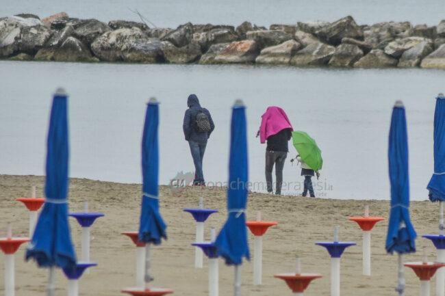 domenica-di-pioggia-spiaggia-lungomare-centro-civitanova-FDM-5-650x433